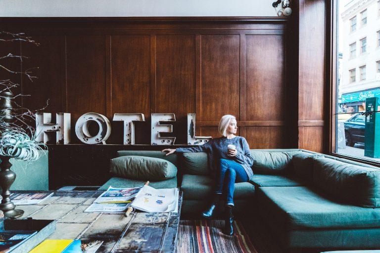Femme-dans-un-hôtel
